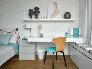 Компактный письменный стол в интерьере